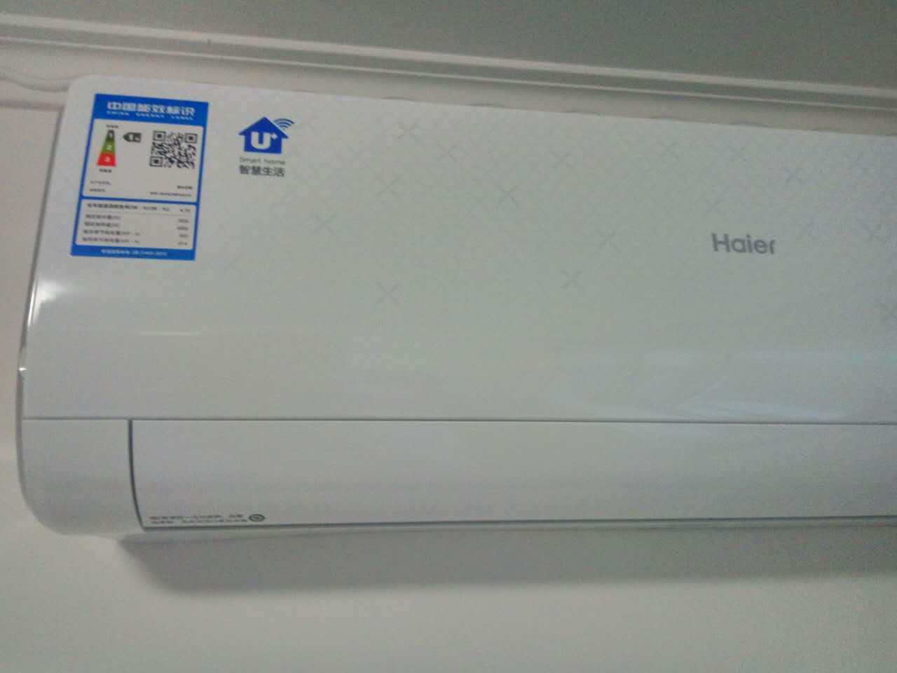 不同匹数的空调功率是不一样的,所适用的房间大小也有区别,a。出现这种情况的原因在于小匹数的空调放置在大房间里,而不是空调本身的问题。b。当然也存在这样的问题,房间内设有大窗户而且是敞开的。c。或者当房间存在较多发热源时也会存在这种情况(如多台电脑开启,日光灯打开,或者西晒玻璃房等)。解决办法:a。改变使用环境的条件。b。在购买空调之前一定要选择好与房间相匹配的空调。增加使用环境的密闭性。c。减少空调使用环境中的制热源等等方面入手来解决不制冷的问题。